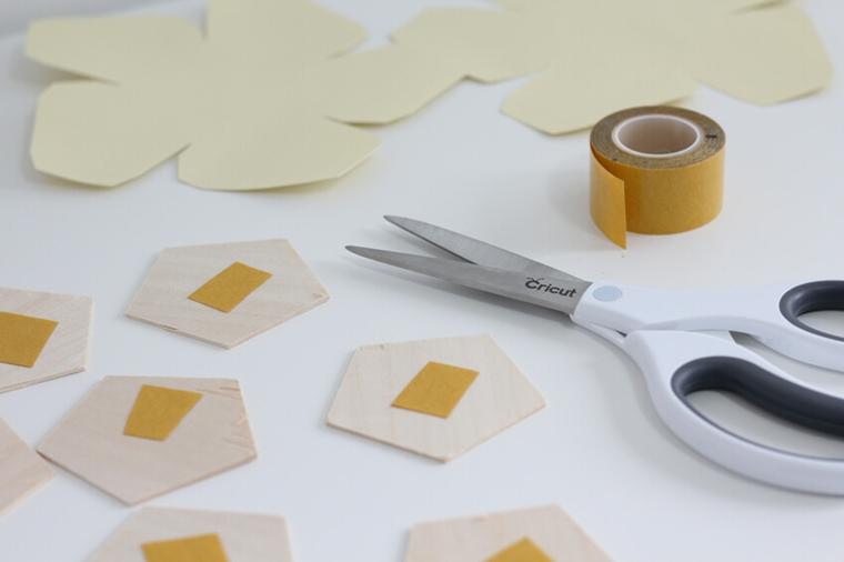 Regali per lui anniversario, pezzi di legno forma esagono con nastro adesivo