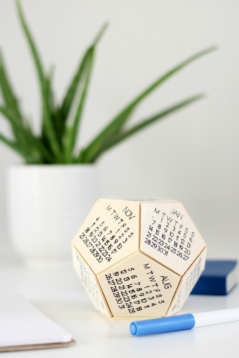 Cosa regalare ad un uomo, calendario forma esagono con i mesi dell'anno