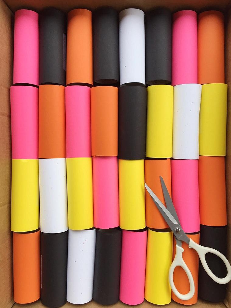 Creazioni con rotoli di carta igienica, rotoli di carta ricoperti con fogli colorati