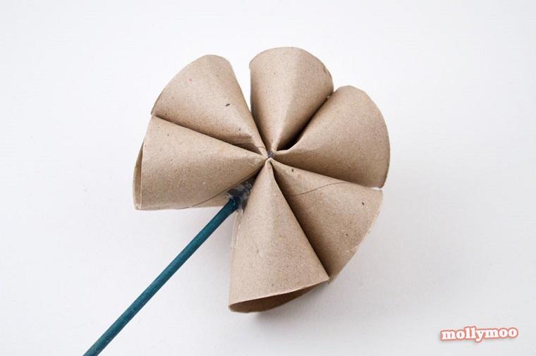 Riciclo rotoli di carta igienica, fiore con rotoli di carta fissati con cannuccia