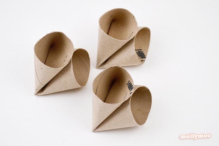 Cose da fare con la carta, rotoli di carta igienica piegati e fissati con pinzatrice