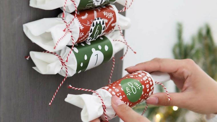 Calendario dell'avvento con rotoli di carta igienica, scatole con rotoli avvolti in carta colorata