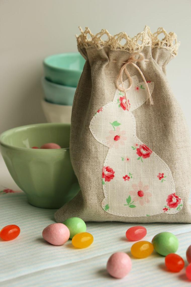 Sacchettino con sagoma di un coniglio, piatti con ovetti colorati, immagini di buona Pasqua gratis