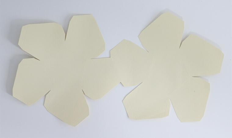 Idee regalo anniversario per lui, sagoma di cartone bianco, tutorial calendario di legno