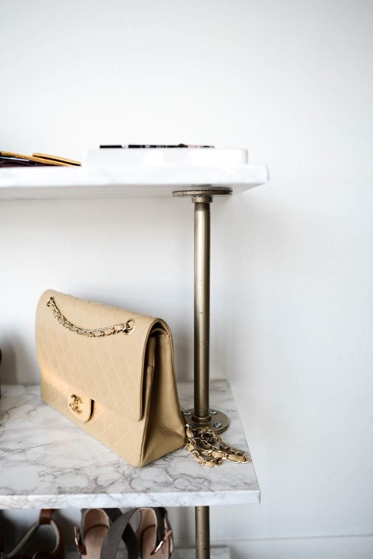 Idee scarpiera fai da te, mobile di legno ricoperti con fogli adesivi effetto marmo