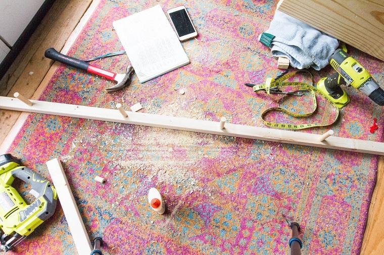 Tappeto colorato con lastra di legno con ganci, come fare un porta scarpe fai da te