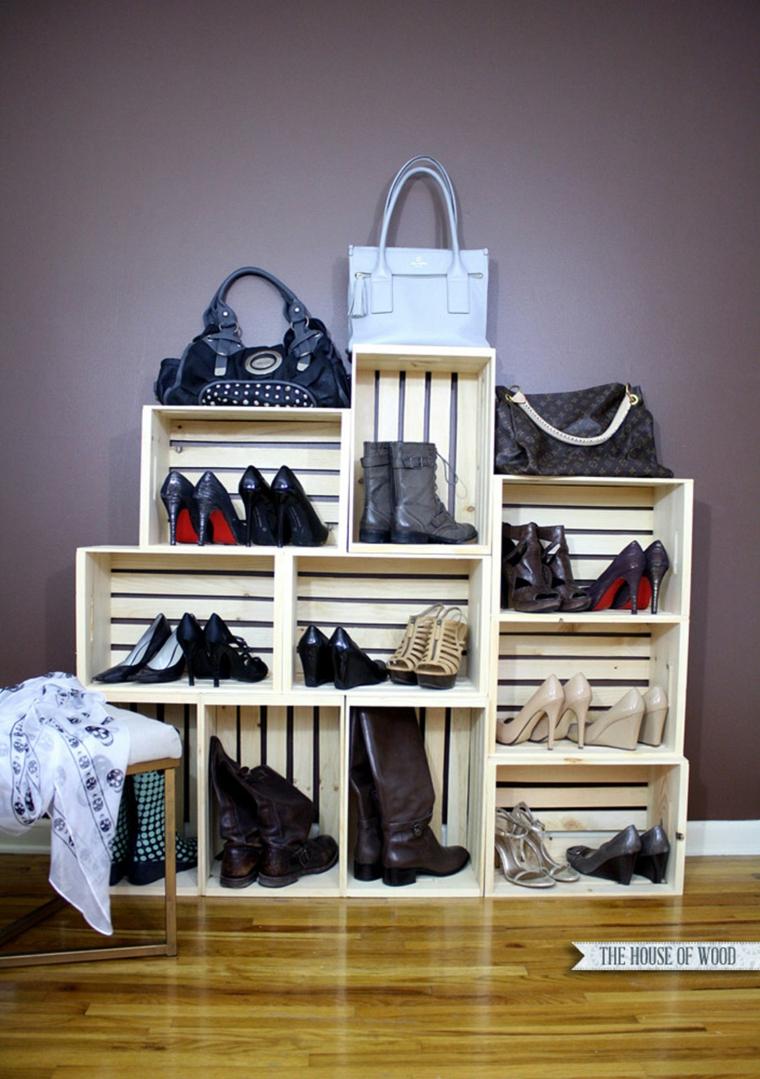Idee scarpiera fai da te, cassette di legno una sopra l'altra per le scarpe