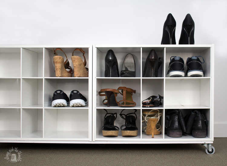 Portascarpe fai da te, mobile di legno dipinto di bianco con scaffali per scarpe