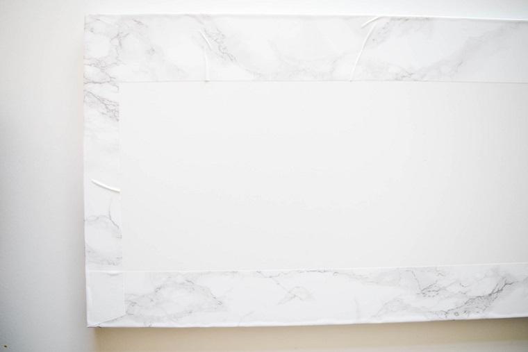 Portascarpe fai da te, lastra di legno di colore bianco con foglio adesivo