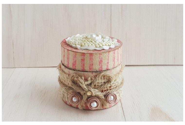 Lavoretti con rotoli di carta igienica, scatola di carta decorata con perle e spago