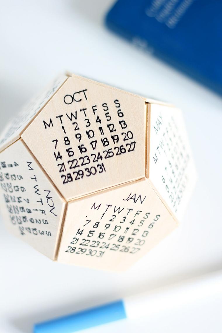 Idee regalo fidanzato, calendario forma esagono con i mesi dell'anno