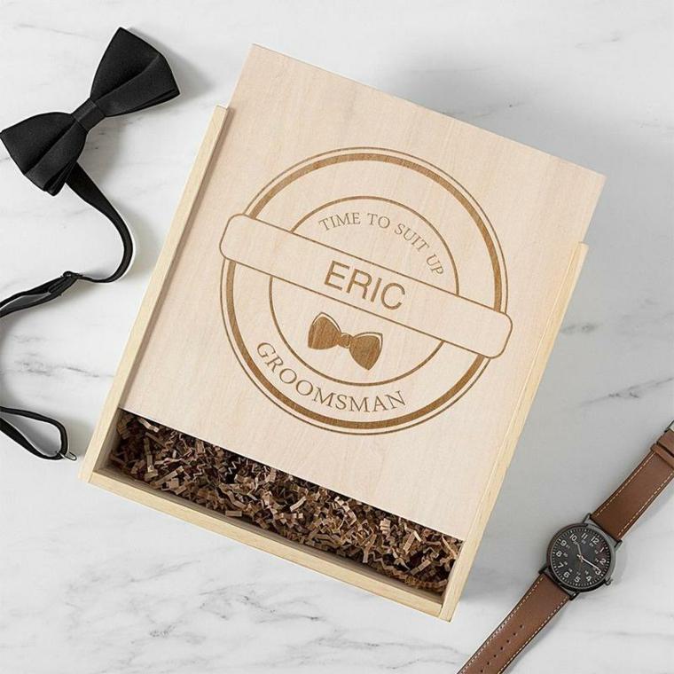 Scatola di legno personalizzata con nome, orologio accanto ad una scatola, idee regalo fidanzato