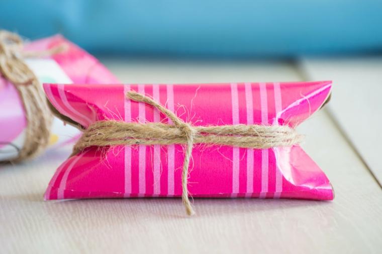 Creazioni con rotoli di carta igienica, scatola di rotolo avvolto di carta rosa e spago