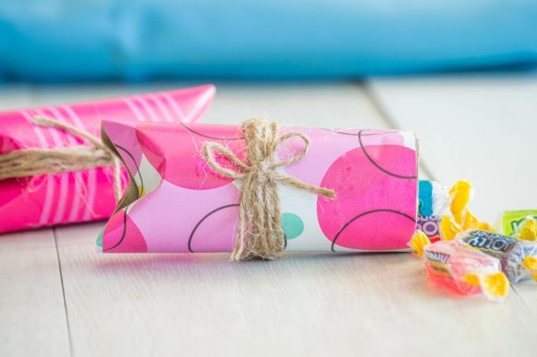 Scatola avvolta con carta rosa e spago, lavoretti per bambini con la carta