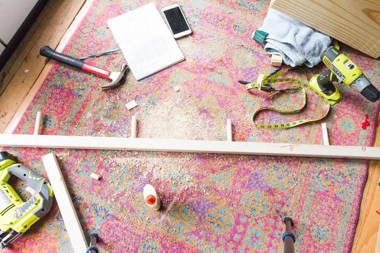 Idee scarpiera fai da te, lastra di legno con ganci di legno, tappeto rosso con strumenti