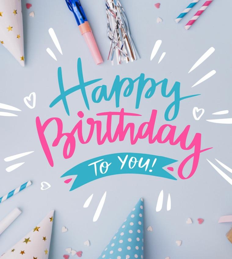 Immagine con cappellini di compleanno, foto con scritta happy birthday in inglese