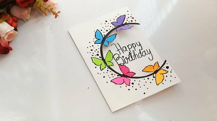 Immagini di buon compleanno, cartolina bianca con disegni di farfalle e scritta