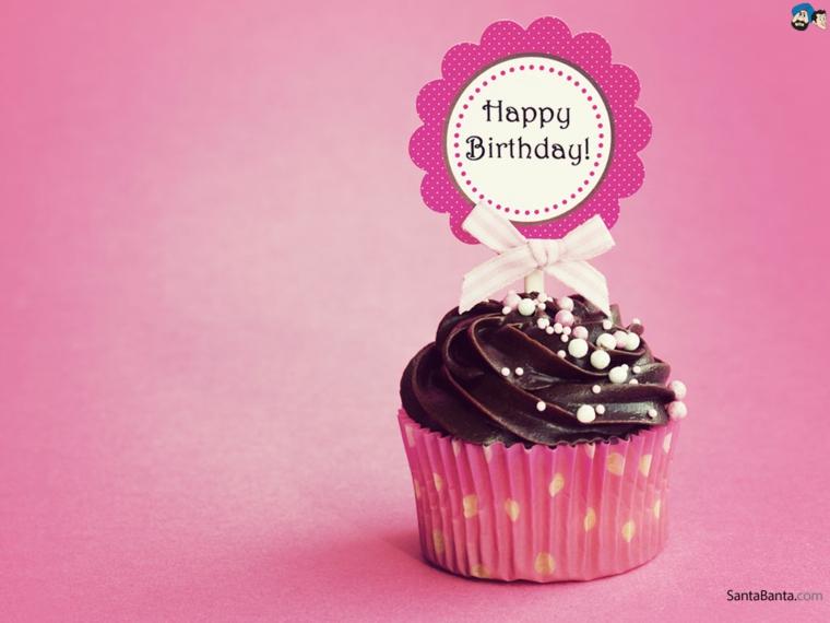 Foto di un cupcake con topper bigliettino, immagini auguri di compleanno simpatici