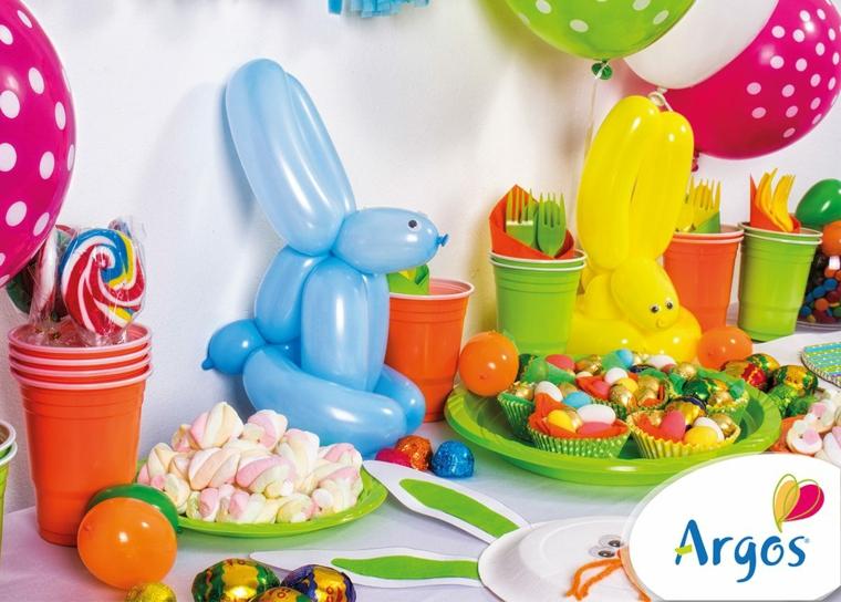 Foto di una tavola apparecchiata, palloncini colorati a forma di coniglio