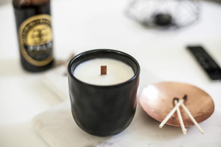 Cosa posso regalare ad un uomo, tazza di porcellana con candela e stoppino di legno