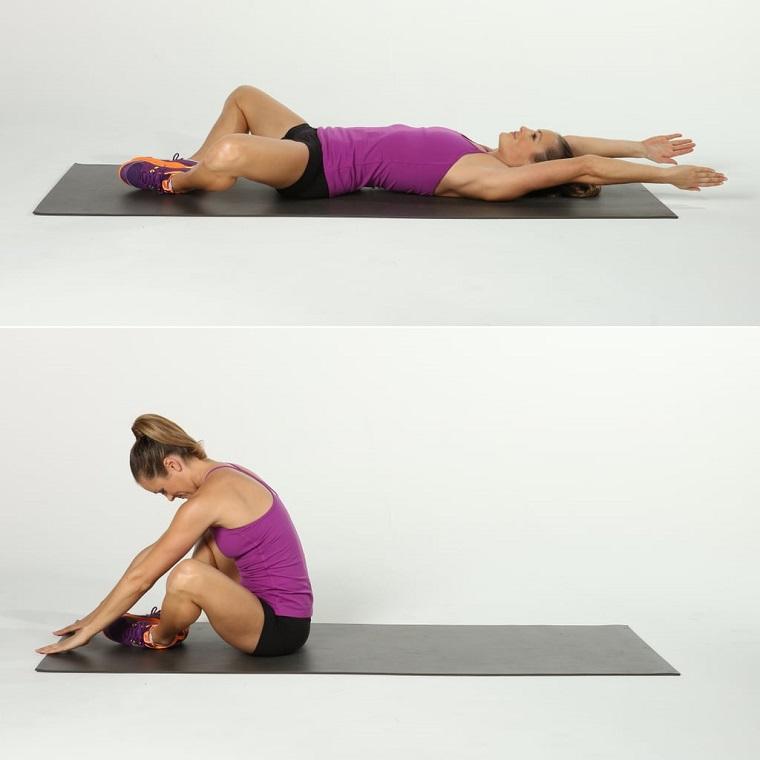 Esercizi a casa donne, donna che esegue esercizi sul tappetino di casa
