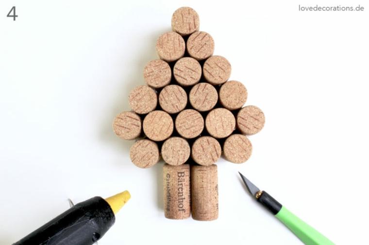 Albero di Natale con tappi delle bottiglie di vino, pistola per colla caldo e taglierino