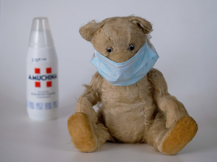 Mascherina fai da te, foto di un orsetto con mascherina, bottiglia di Amuchina