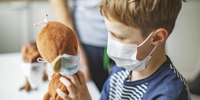 Bambino con mascherina sul viso con orsetto in mano, tutorial come fare le mascherine