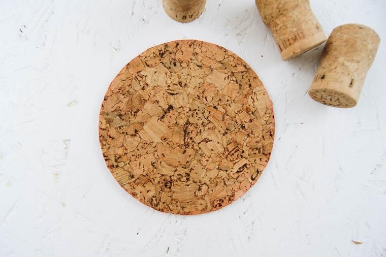 Un cerchio di sughero accanto a dei tappi, lavoretti con tappi di sughero