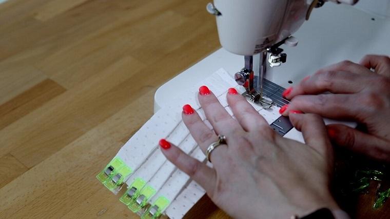 Mascherina antivirus fai da te, cucire con la macchina da cucire il filtro Hepa