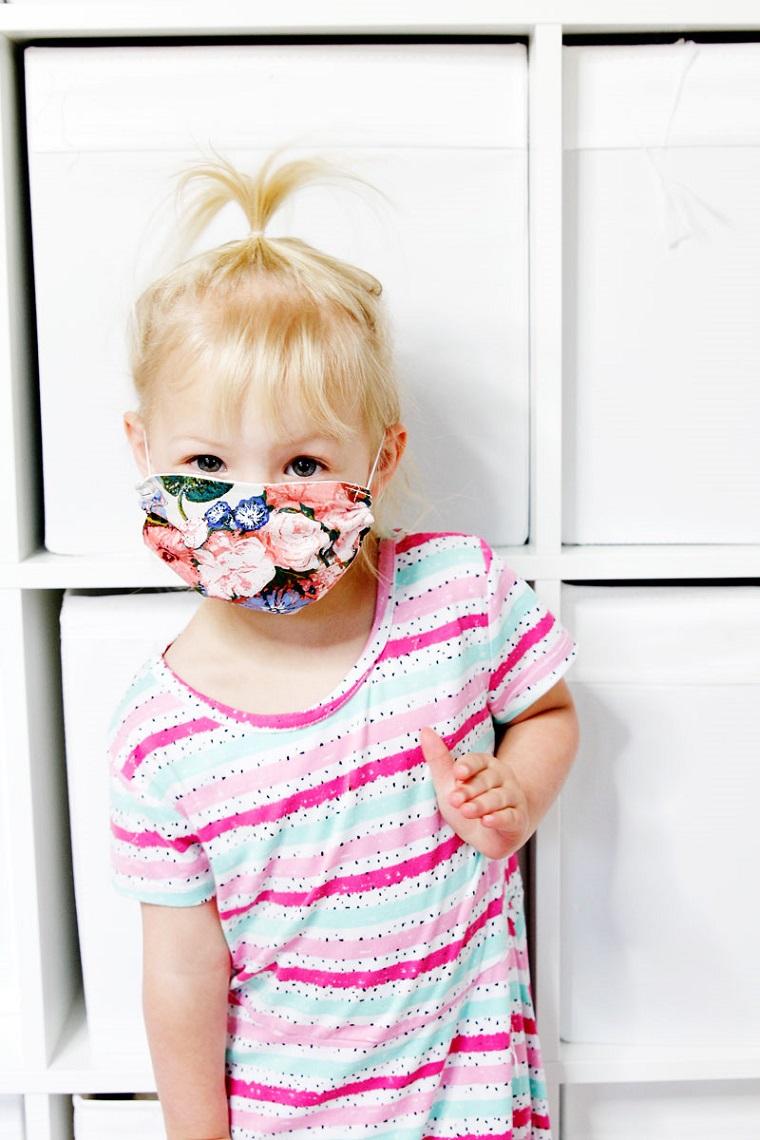 Mascherine per bambini, una bambina con una mascherina sul viso
