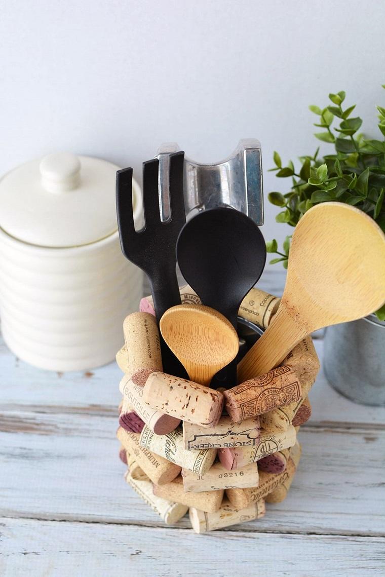 Contenitore da cucina per i mestoli, barattolo di latta ricoperto con tappi, idee con tappi di sughero