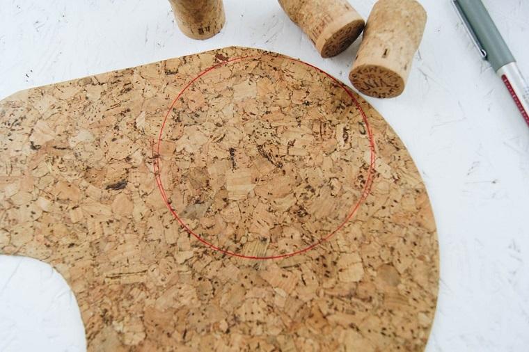 Lavoretti con tappi di sughero, foglio di sughero con disegno di un cerchio con penna rossa