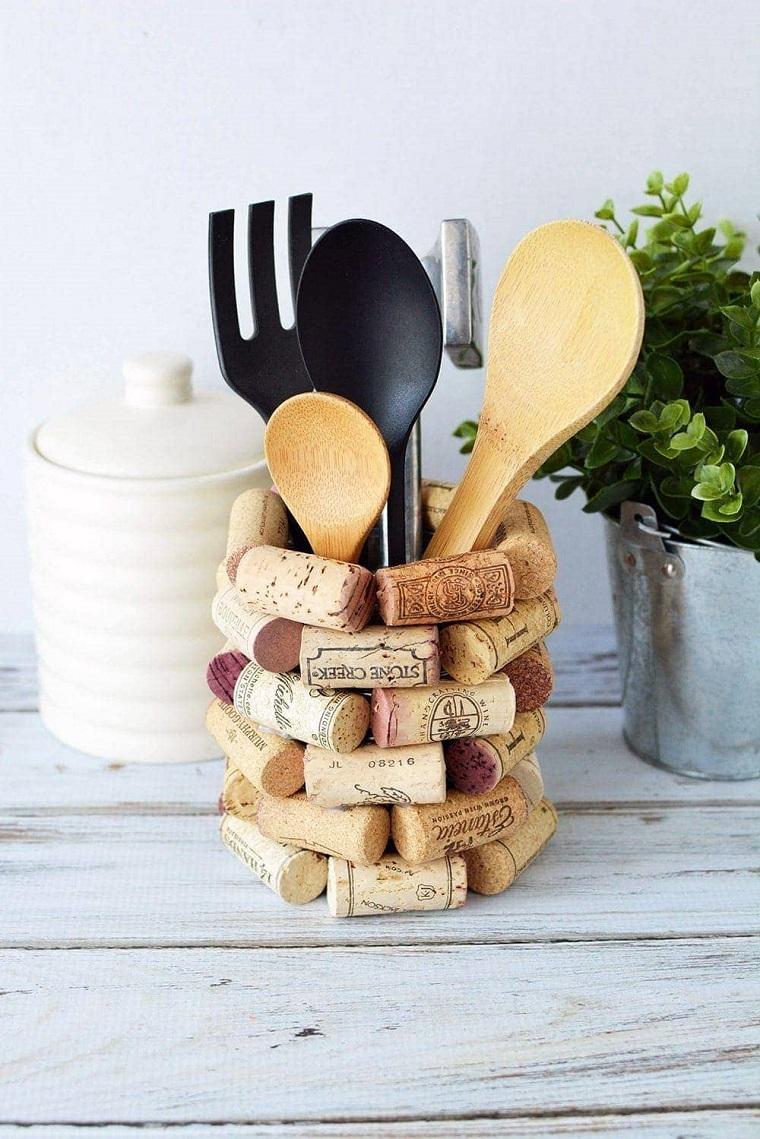 Creazioni con tappi di sughero, contenitore per mestoli da cucina, vaso con pianta verde