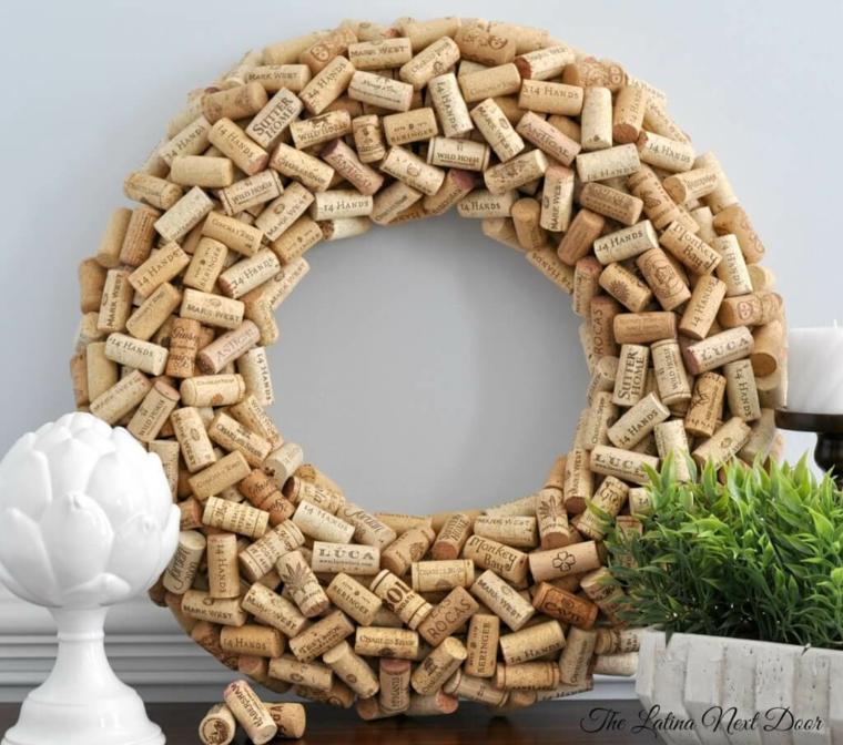 Corona con tappi di sughero, tavola di legno con vaso con pianta verde
