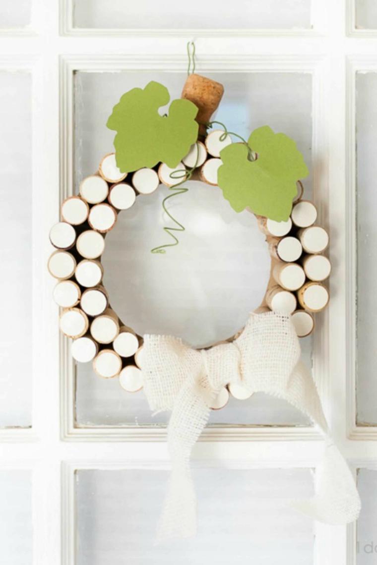 Corona con tappi di sughero dipinti, decorazione da appendere alla porta