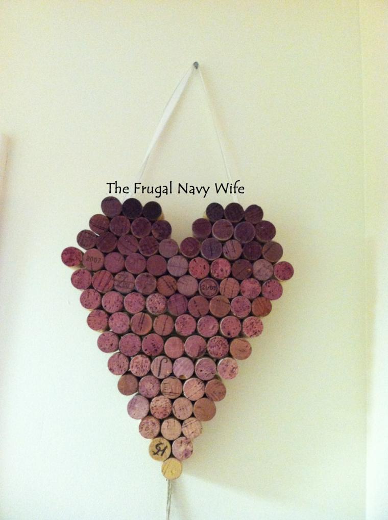Tappi delle bottiglie di vino a forma di cuore, cuore con tappi di sughero appeso alla parete