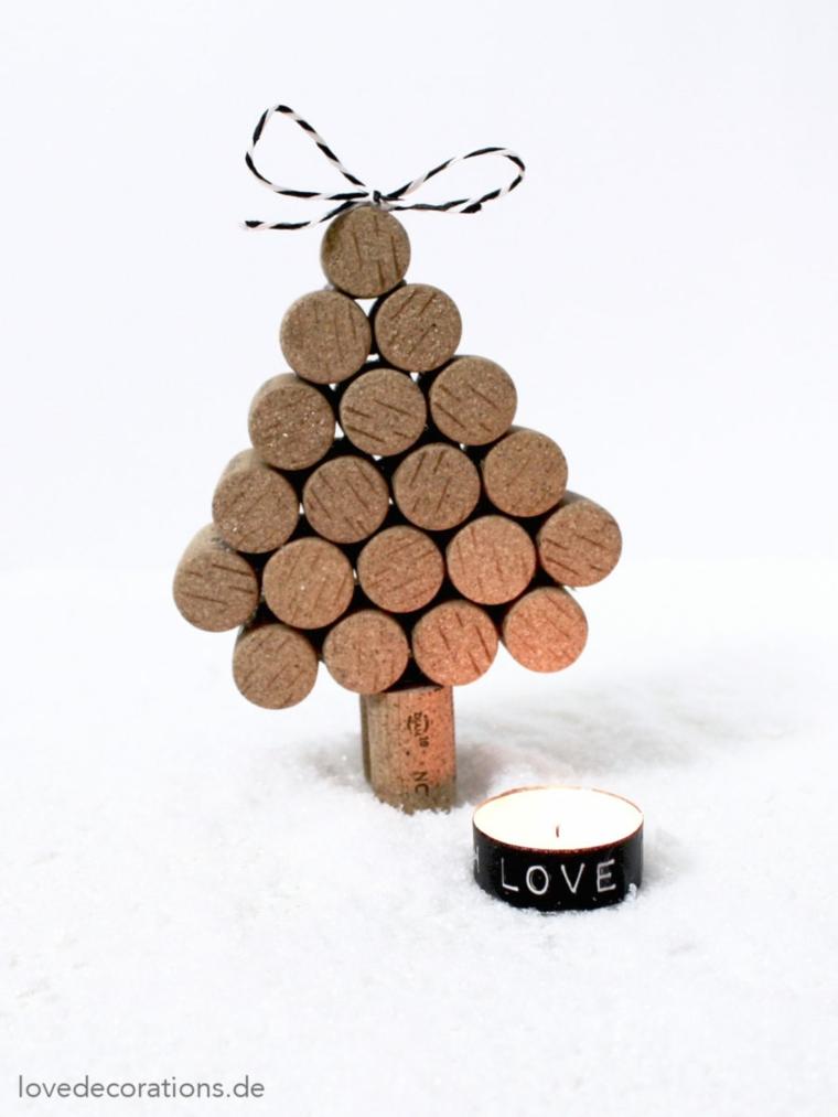Albero di Natale con tappi di sughero, candela con scritta Love accanto ad un alberello