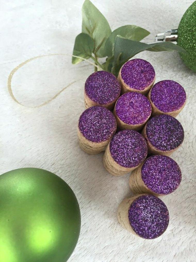 Tappi di sughero dipinti di colore viola glitter a forma di uva, decorazioni natalizie con palline colorate