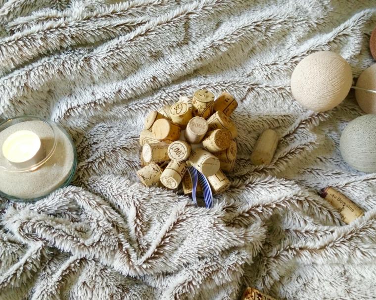 Pallina natalizia con tappi di sughero, coperta grigia con candele e palline
