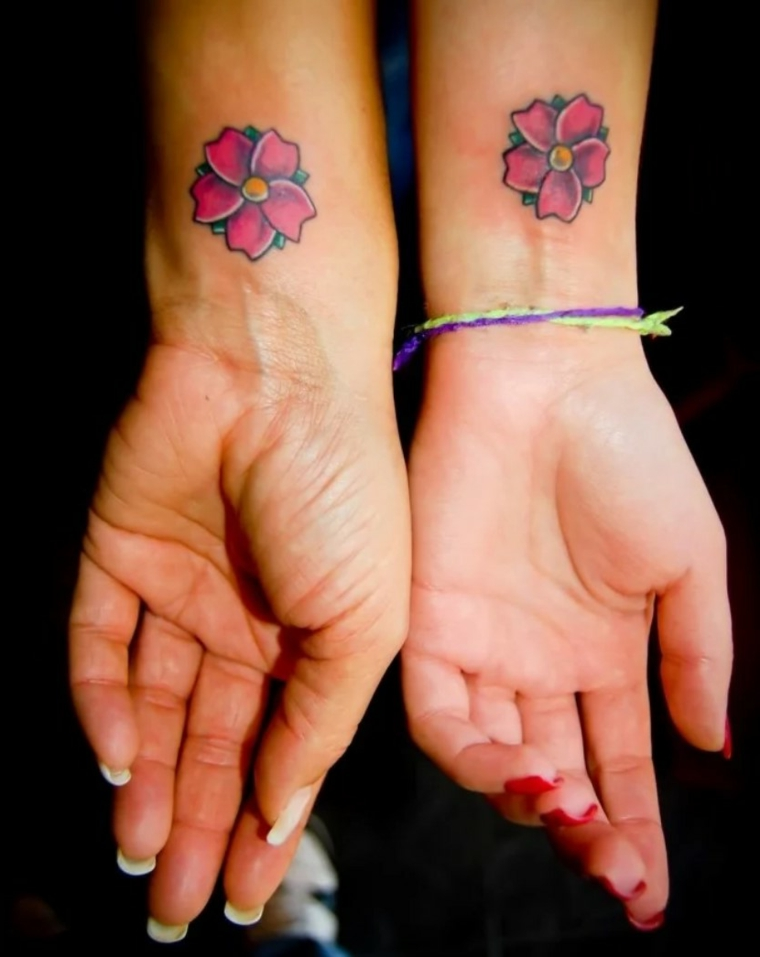 Tattoo simbolo amicizia, tatuaggio sul polso della mano con disegno di un fiore colorato