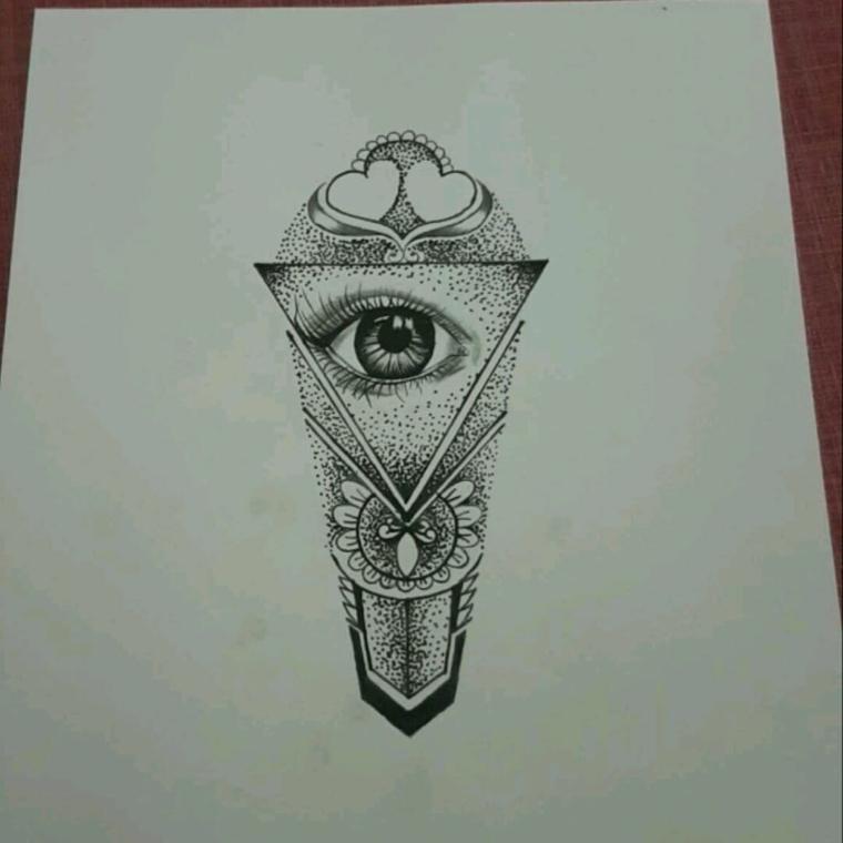Foglio bianco con disegno di un triangolo con occhio, tatuaggio occhio