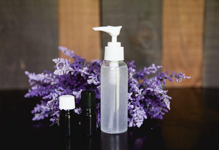 Gel disinfettante mani fai da te, bottiglia con dosatore con gel e olio essenziale di lavanda