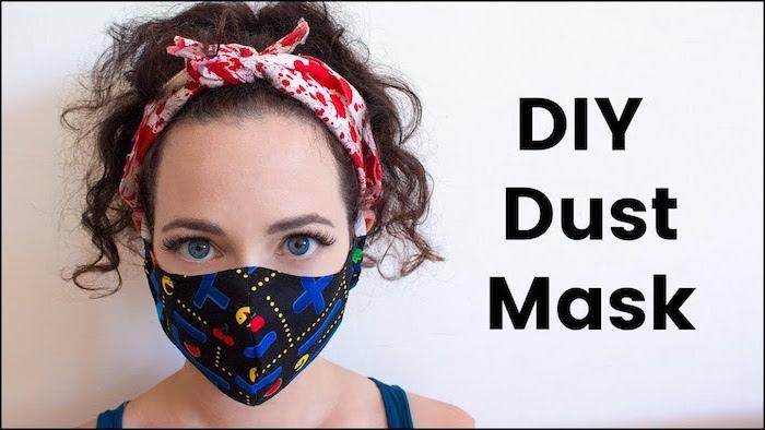 Donna con una mascherina di stoffa colorata, mascherina fai da te