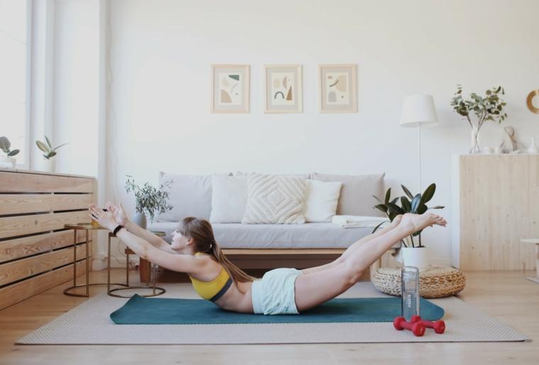 Allenamento a casa, donna sul tappetino che esegue gli esercizi