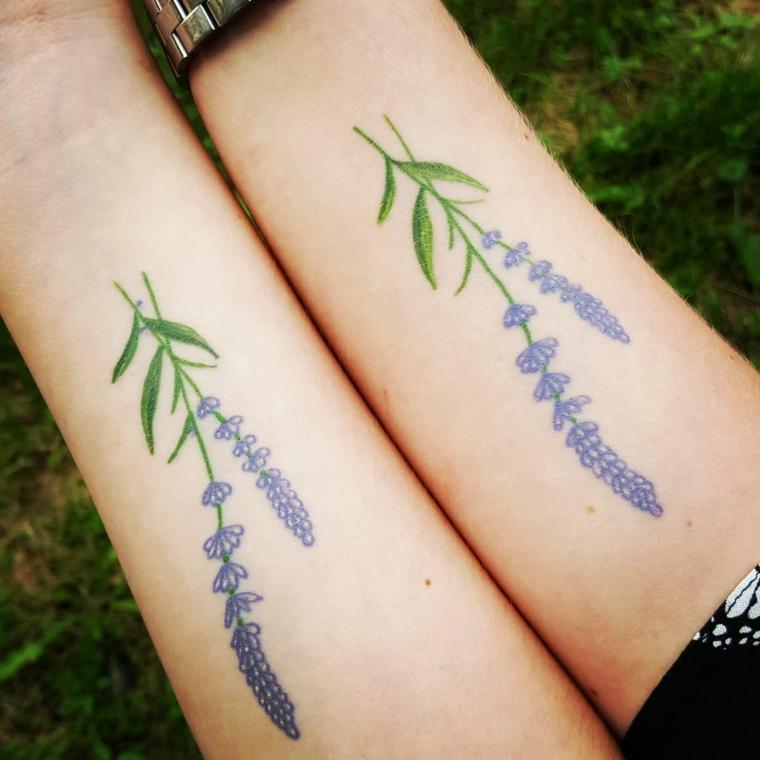 Tattoo simbolo amicizia, tatuaggio sull'avambraccio con disegno di fiore di lavanda