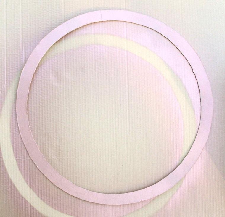 Cerchio ritagliato da un cartone, cosa fare con i tappi di sughero