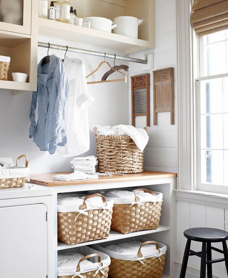 Prolungamento top in legno con cesti per la biancheria, parete con mensole a vista