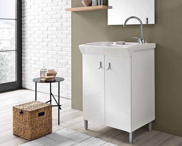 Zona lavanderia con mobile in ceramica, arredamento con tavolino e cesto per la biancheria