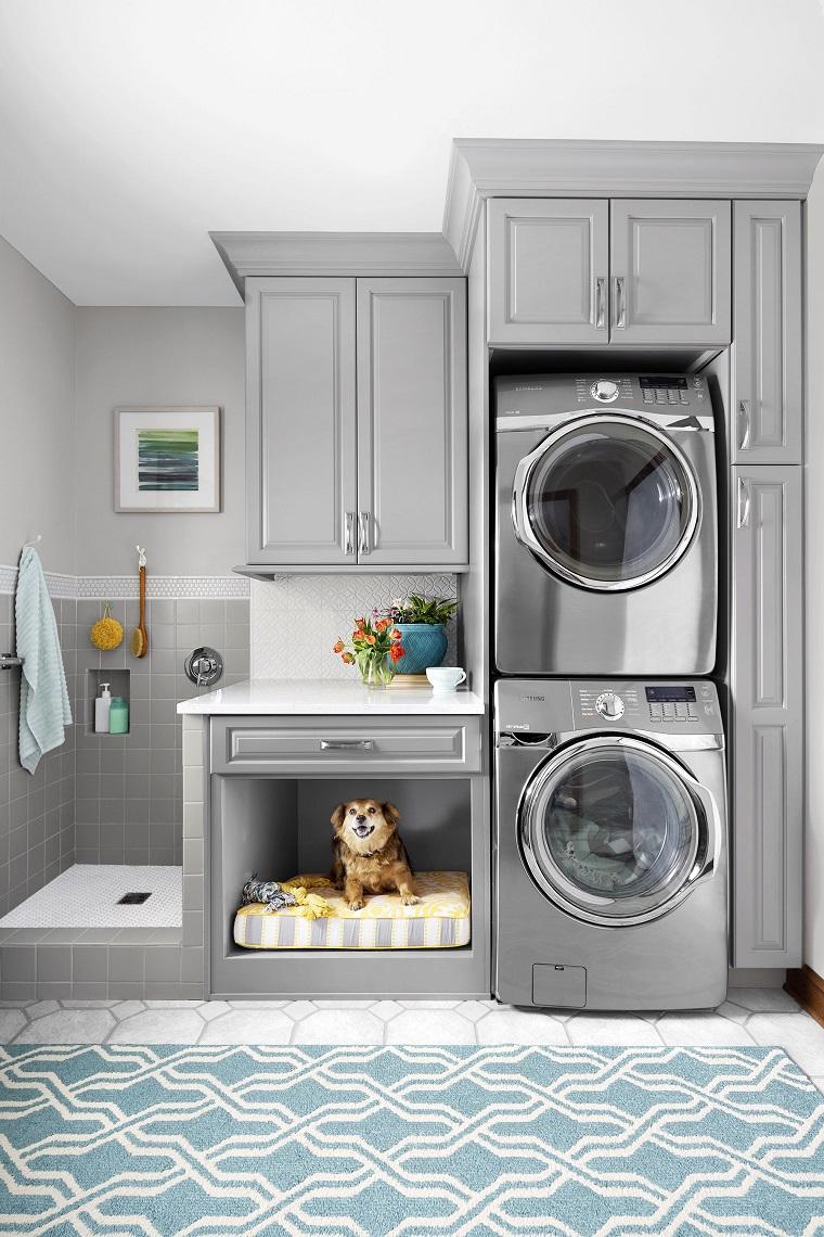Zona lavanderia con doccetta per gli animali domestici, mobili in legno di colore grigio